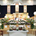 白木祭壇と花祭壇の宗教的な意味の違いとは