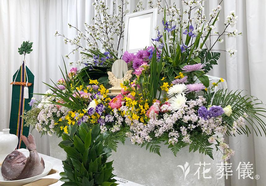 家族葬で多い花祭壇