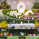 ふたつの花祭壇、既製品とオーダーメイド
