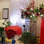 赤色を基調とした花祭壇のギャラリー集