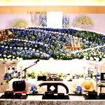 青色を基調とする花祭壇