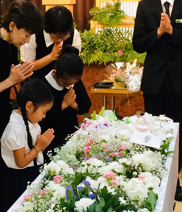 葬儀に参列する時の女の子の服装