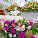 葬儀で祭壇を作るのはなぜ?祭壇の大切さと最近主流の花祭壇をご紹介