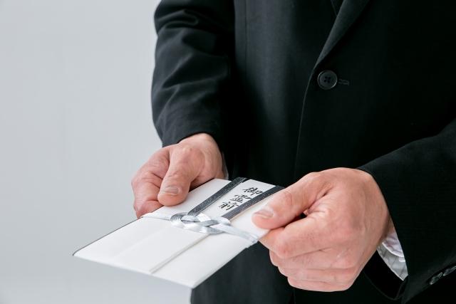 家族葬の会社名義の香典は受け取るべき?
