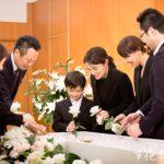 家族葬とは?参列者の範囲や人数、流れを解説!デメリットもある?